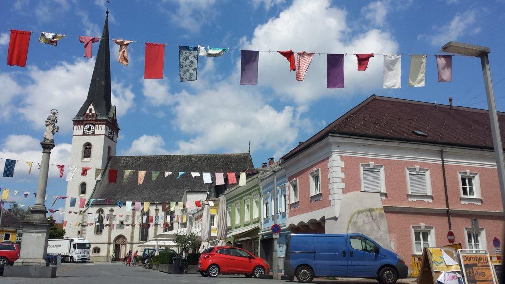 Kirche und Marktplatz in Ottensheim