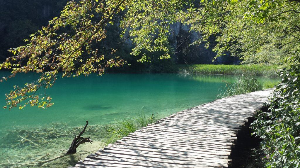 Über Holzstege entlang der Plitvicer Seen
