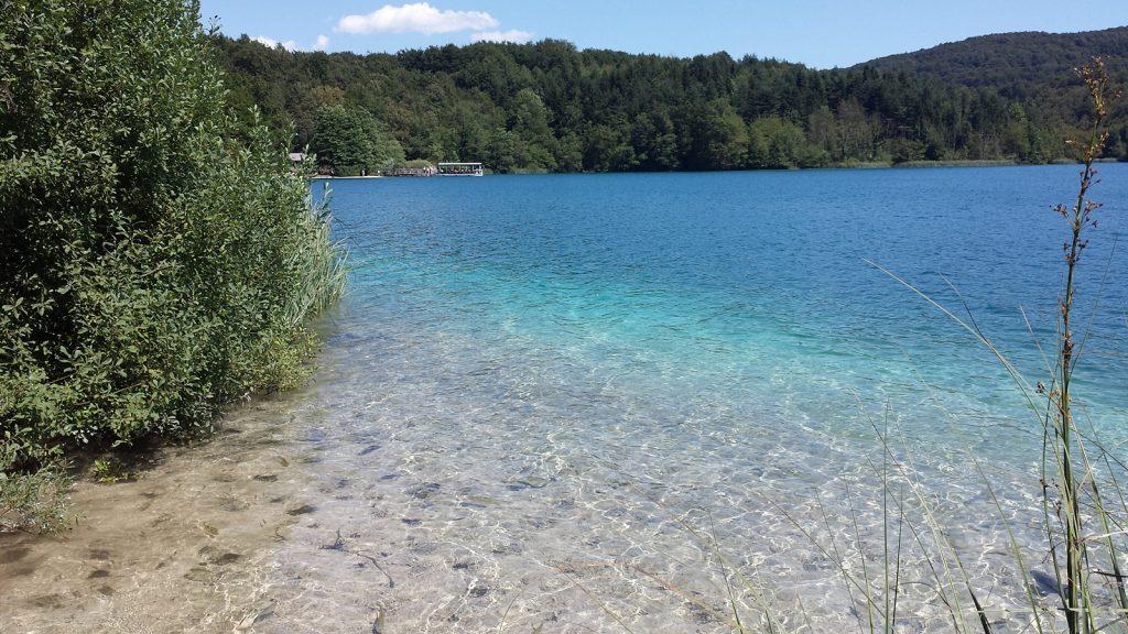 Blick auf die Personenfähre Plitvicer Seen Kroatien