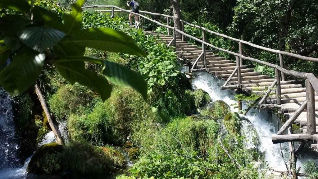 Treppe über den Wasserfall Plitvicer Seen Kroatien