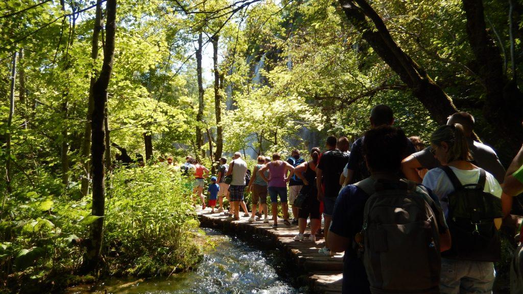 Menschenmassen auf schmalen Holzstegen Plitvicer Seen
