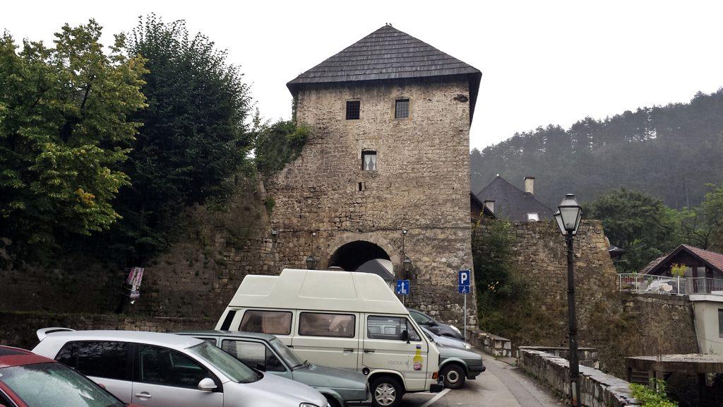 Bulli vor dem Stadttor in Jajce