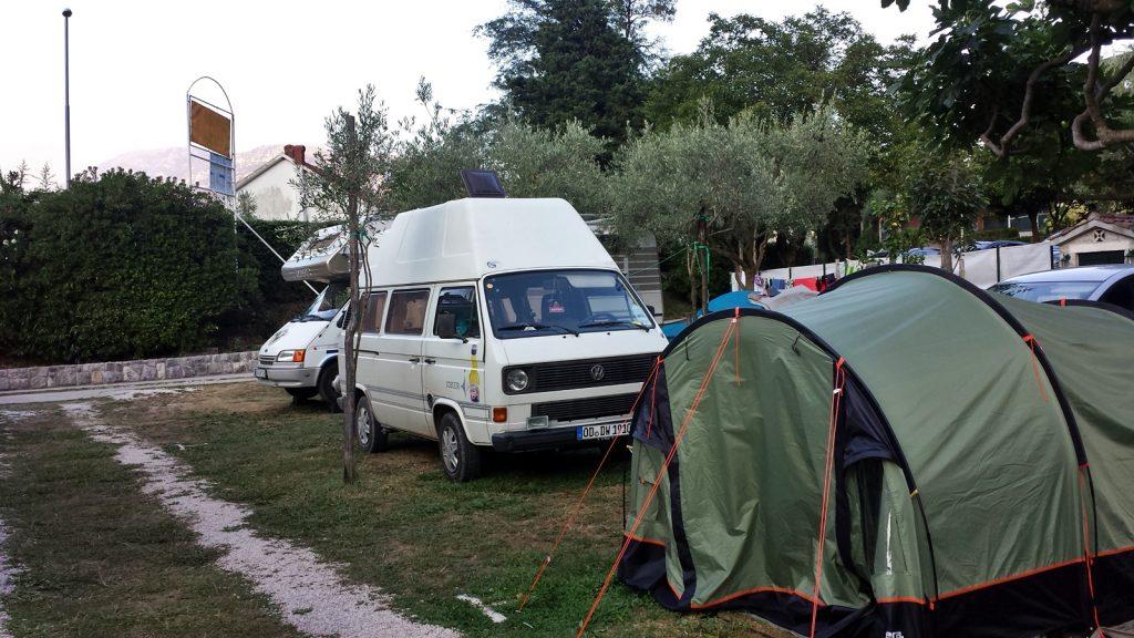 Bulli auf dem Auto Kamp Naluka Campingplatz in Bucht von Kotor in Montenegro