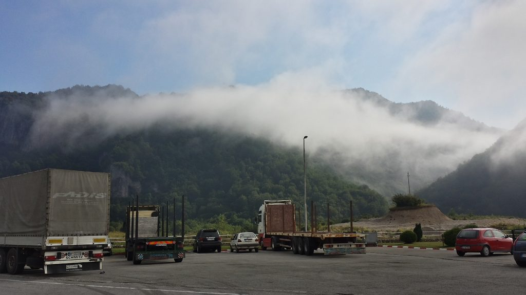 Wolken in den Bergen Rastplatz Montenegro
