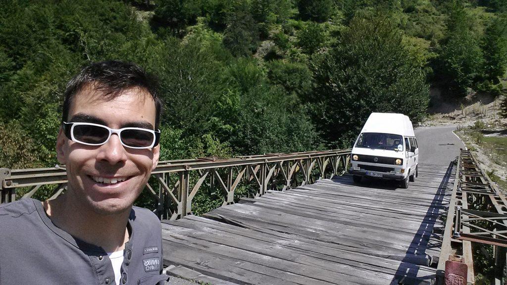 VW Bus Bulli auf altersschwache Brücke im Kelmend in Albanien bei Vermosh