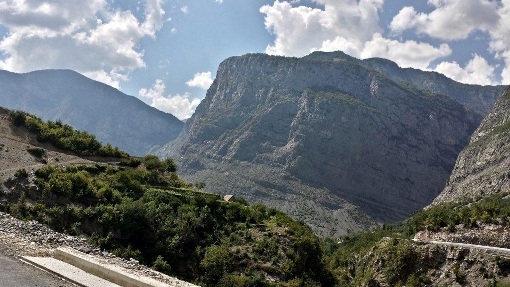 Grandiose Felsen im Kelmend in Albanien an der SH20 von Shkoder nach Vermosh
