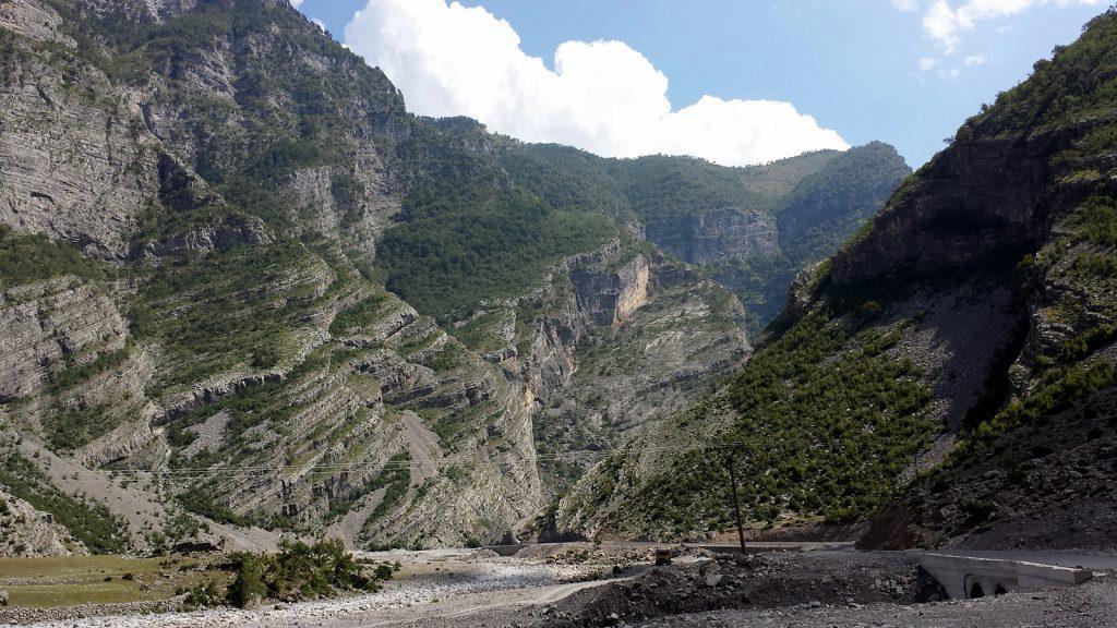 Roadtrip durch Albenien, Straße im Canyon bei Tamare