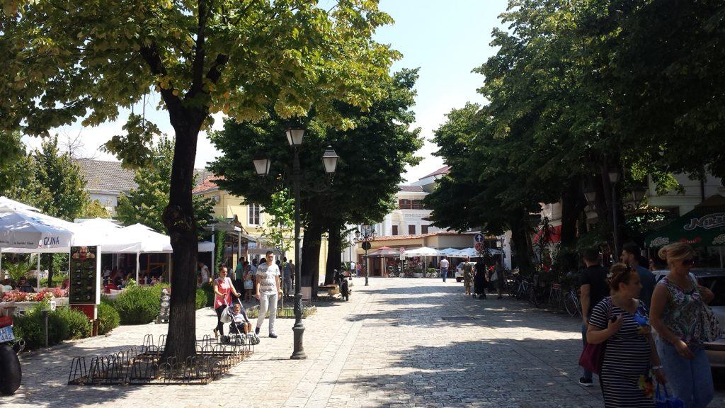 Fußgängerzone Bäume Shkodra Albanien