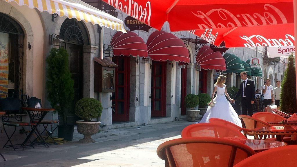 Hochzeit Brautpaar Albanien Shkoder Fußgängerzone Cafe