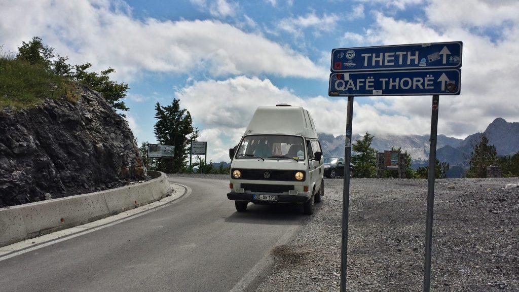 VW Bus Bulli am Qafe Thore, Straße nach Theth, Albanien 2016