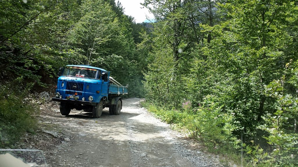IFA LKW Gegenverkehr Piste Straße nach Theth Albanien