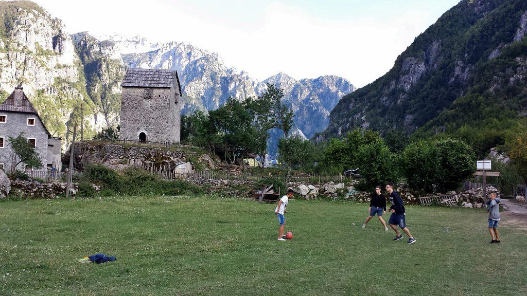 Fußball mit albanischen Kindern vor dem Kulla Turm in Theth