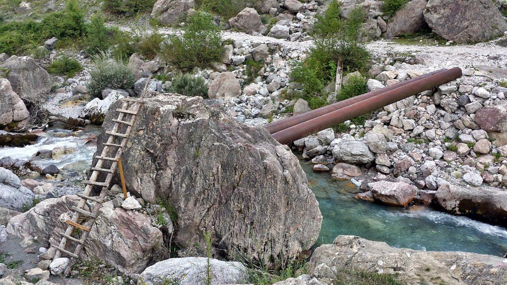 Fußgängerbrücke aus zwei Metallrohren in Theth, Albanien