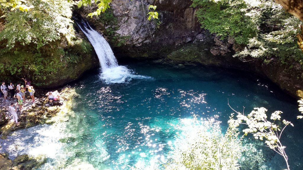 Tief blau schimmert das Blaue Auge. Wasserfall am syri i kalter, Theth, Albanien
