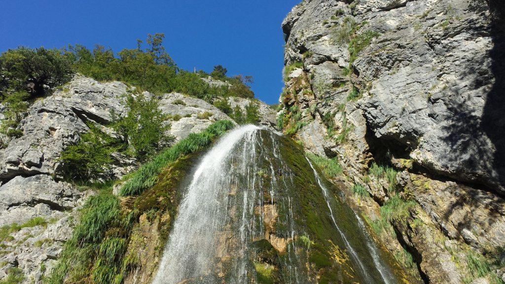 Wasserfall in der Nähe von Theth, Albanien