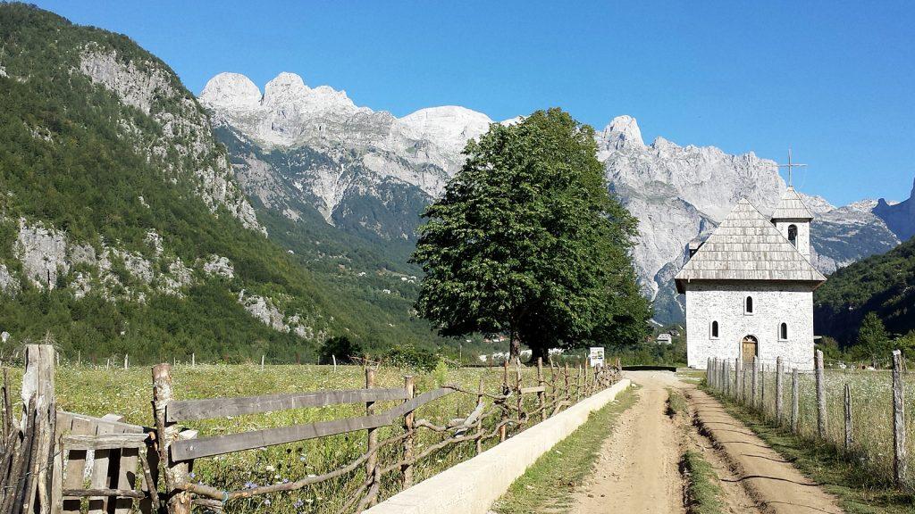 Roadtrip mit dem Bulli nach Theth, Albanien: Kirche