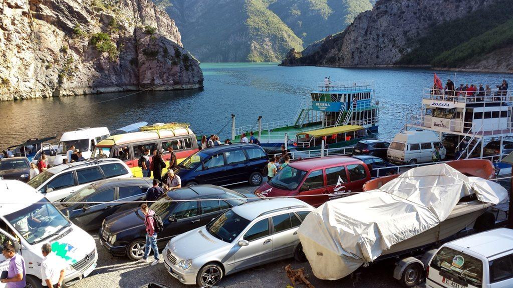 Fähranleger und Fähre im Hafen von Koman, Koman-See, Albanien