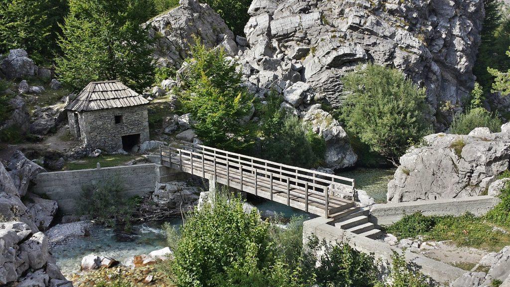 Alte Wassermühle am kristallklaren Valbona-Fluss, Albanien