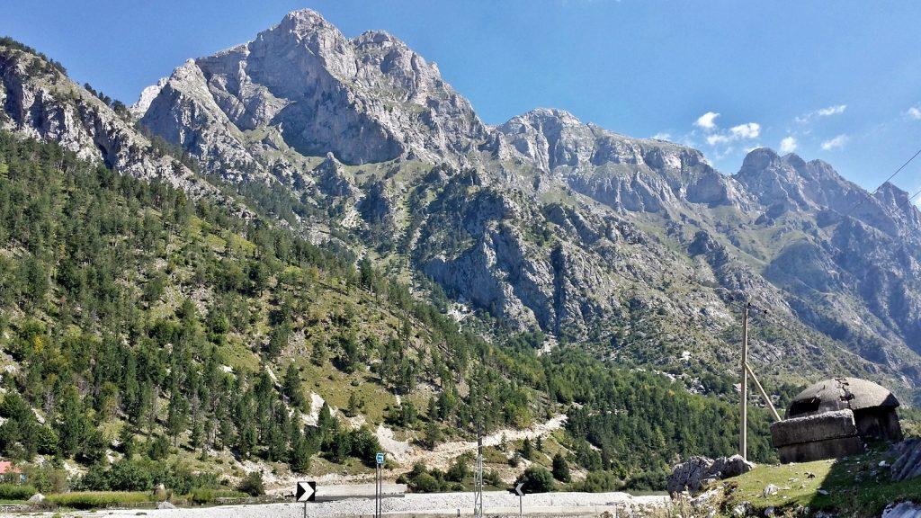 Bunker vor grandioser Bergkulisse: Valbone, Albanien 2016