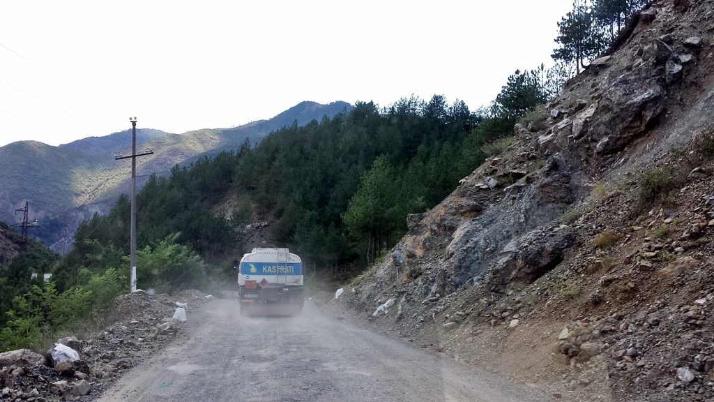 Tanklastwagen Albanien schlechte Straße