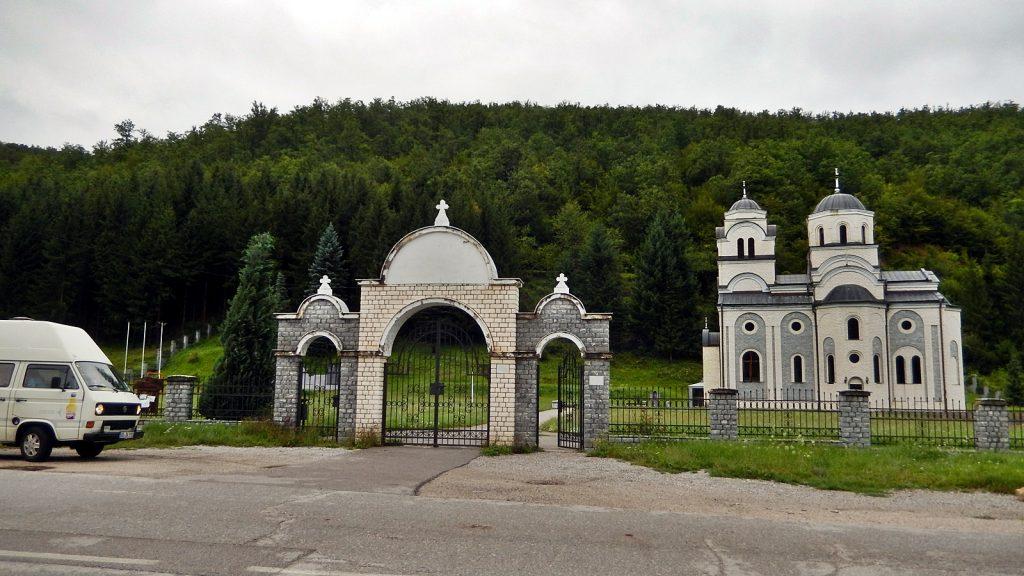 Bulli vor Kirche in Podgrab