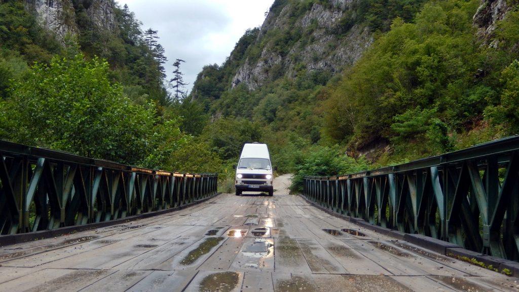 Bulli auf Brücke Praca Canyon Bosnische Ostbahn