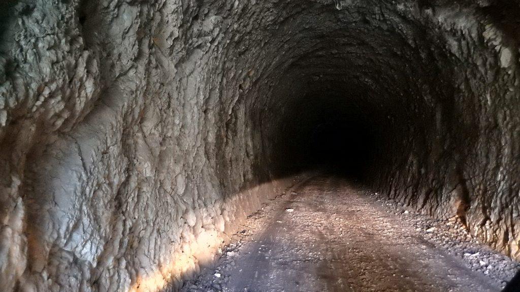 Unbeleuchteter dunkler Tunnel Praca Canyon