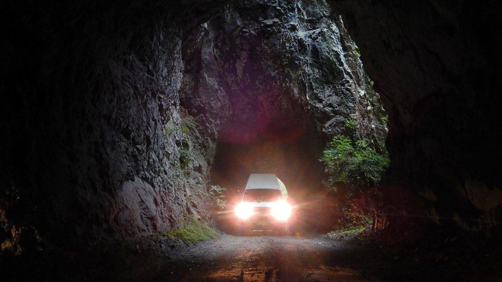 Bulli im Naturtunnel Praca Canyon Bosnien Srpska Bosnische Ostbahn