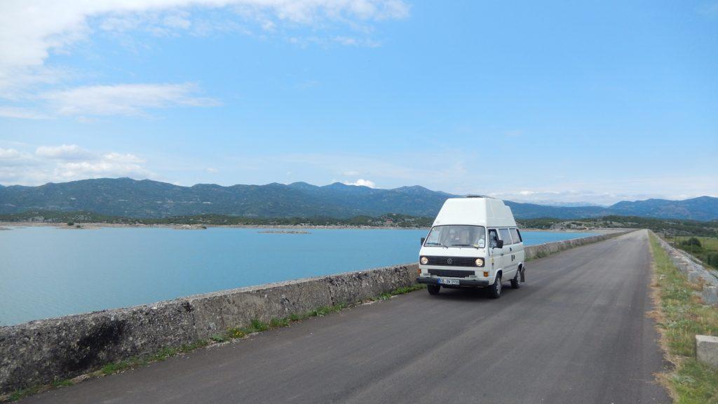 Bulli VW-Bus in Montenegro vor dem Slansko Wasserreservoir