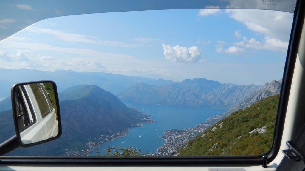 Blick aus dem Bulli auf die Bucht von Kotor