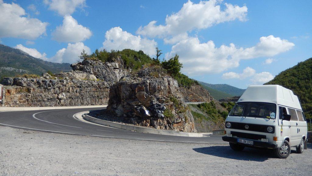 Der Bulli das Didimobil am Scheitelpunkt des Leqet e Hotit Pass Albanien Kelmend Roadtrip