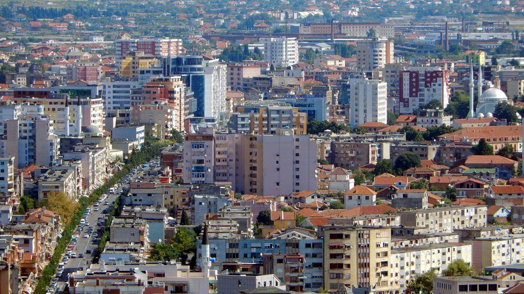 Shkoder, links die Hauptstraße, rechts die Große Moschee