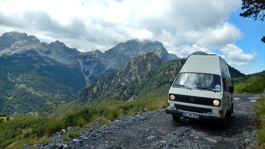 Der VW Bus Bulli Didimobil auf der Straße nach Theth, Albanien Sommer 2016