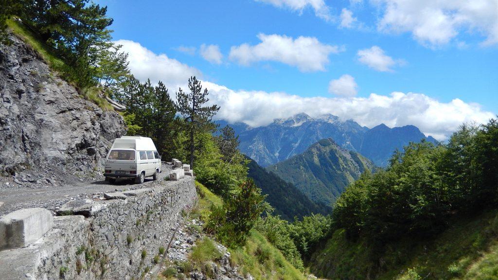 Unbefestigte Bergstraße nach Theth, Albanien