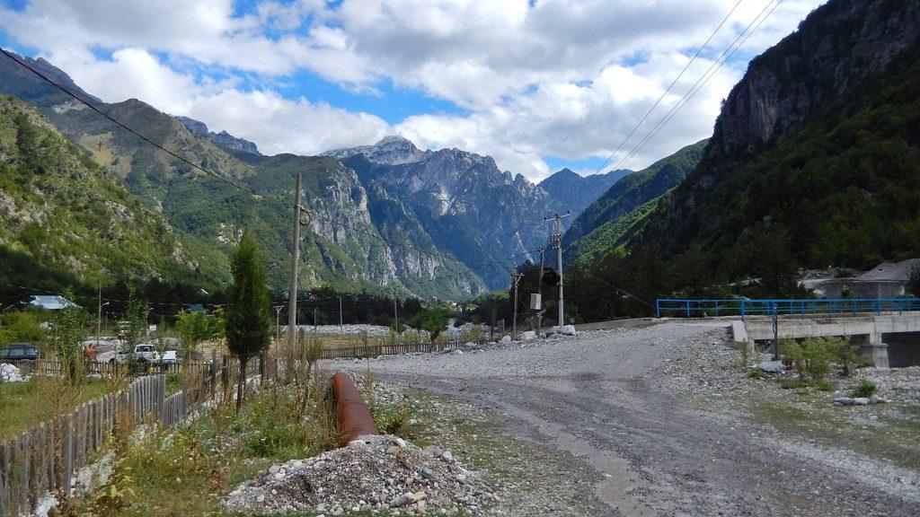 Brücke im Ort in Theth, Albanien