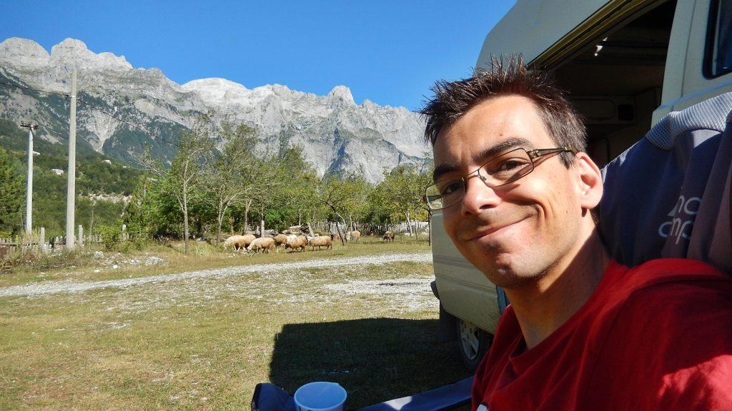 Didi Wöhrmann, Reiseblogger, vor seinem Bulli in Theth, Albanien 2016