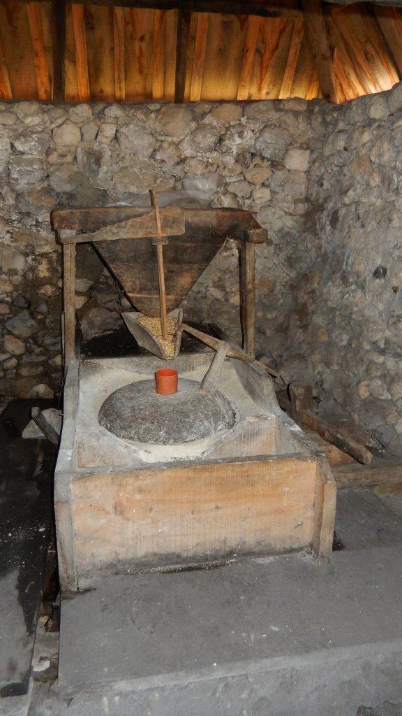 Vom Wasser angetriebene Maismühle, Nderlysaj, Theth, Albanien