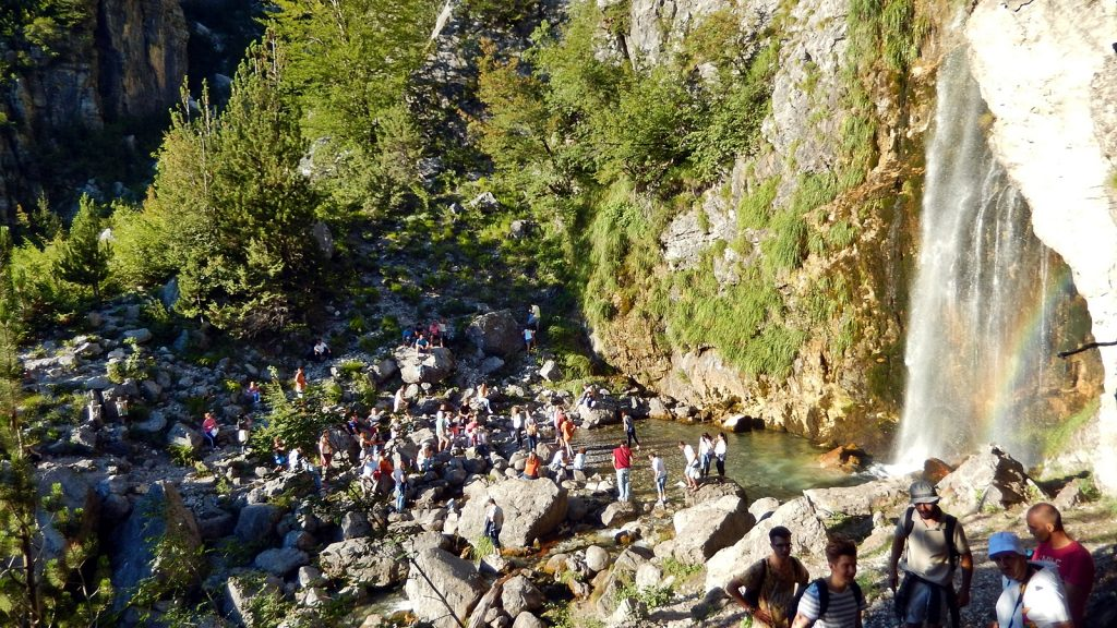 Für Touristen und Einheimische ein Pilgerort: Wasserfall von Theth