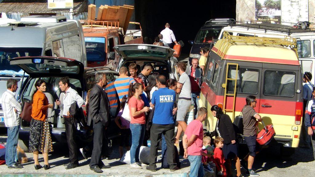 Chaos am Schiffsanleger in Koman, Albanien