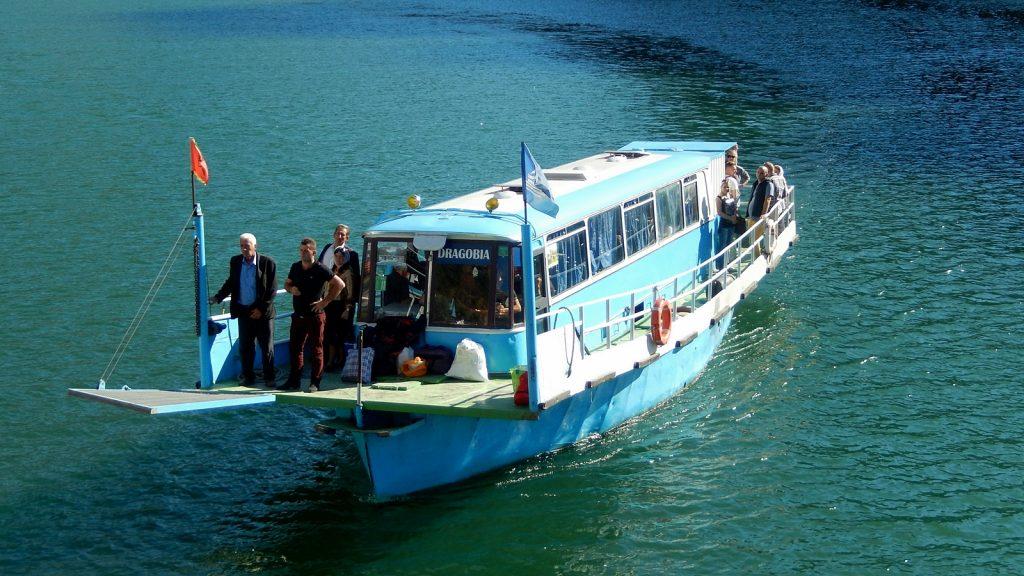 Das Bus-Boot, ein auf einen Bootsrumpf geschraubter Bus