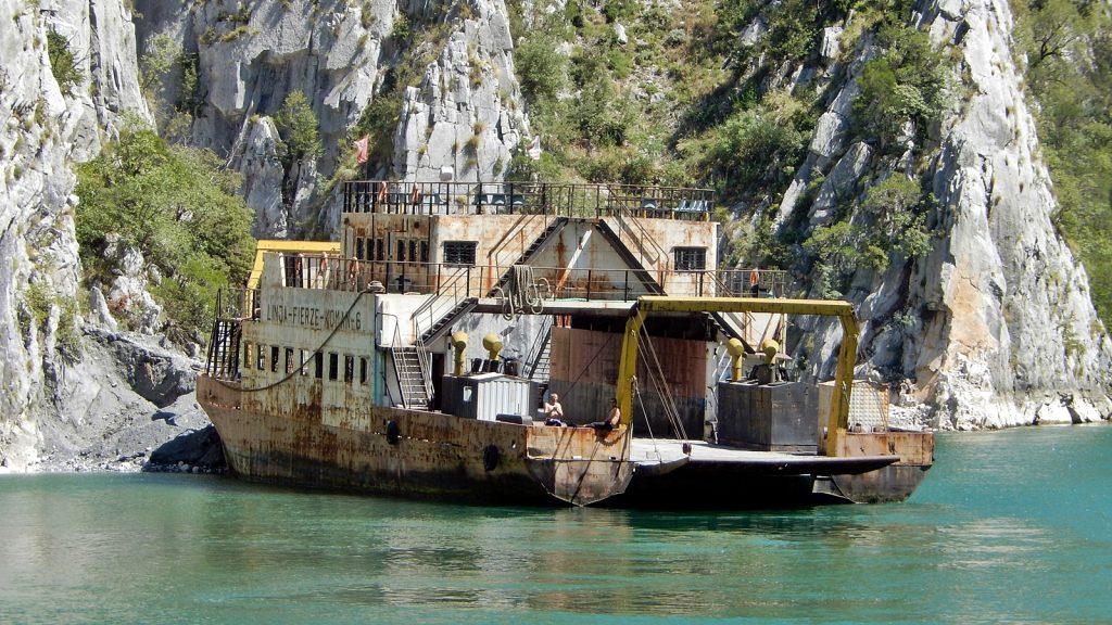 ehemalige Autofähre über den Koman-See, Albanien