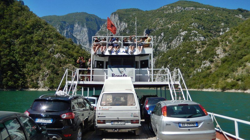 VW-Bus Bulli auf der Fähre Rozafa, Koman-See, Albanien
