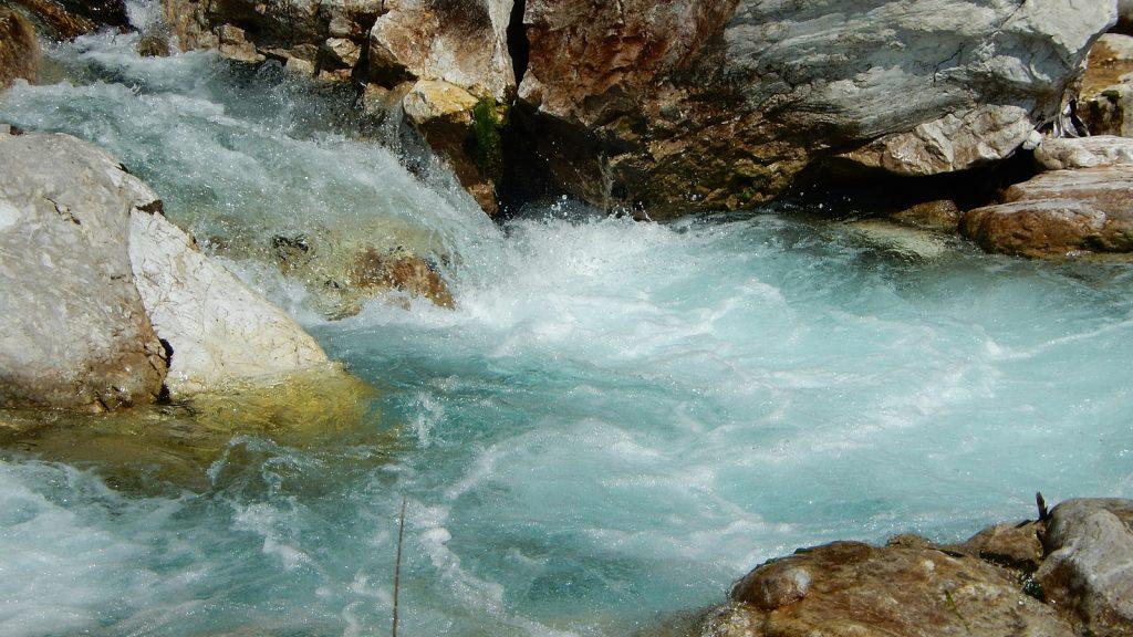 Türkises Wasser im Valbona-Fluss, Albanien 2016