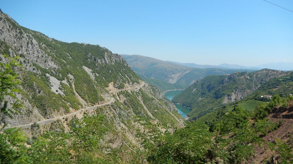 Panorama-Straße im albanischen Hinterland: Fierze-Stausee