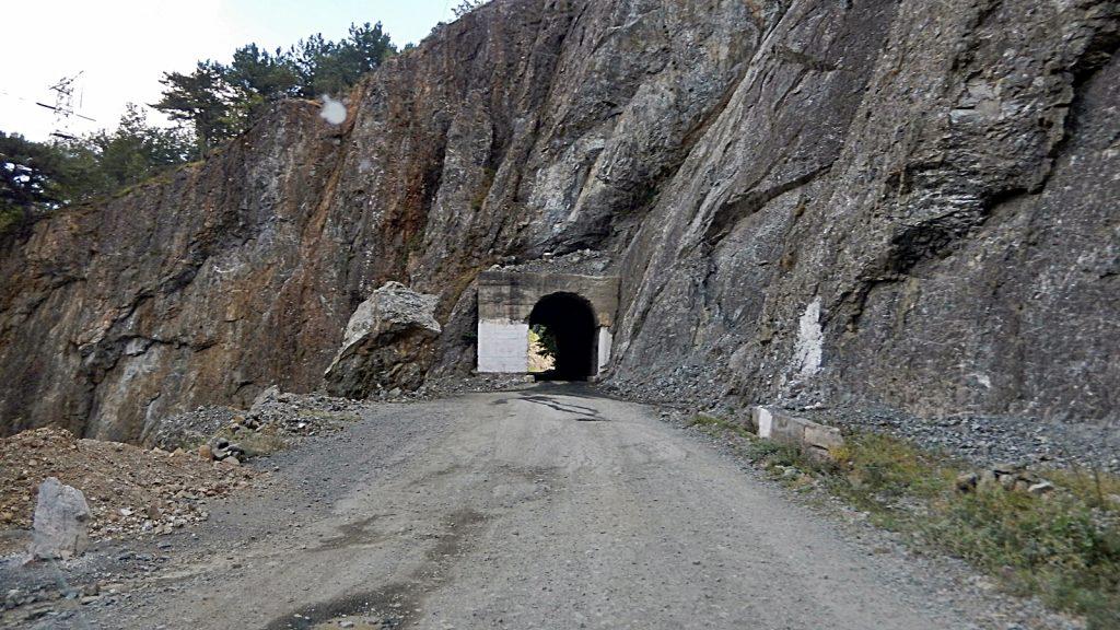 Tunnel bei Gojan. Hauptverkehrsstraße in Albanien