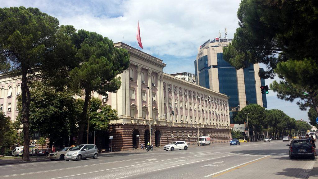 """Regierungsgebäude mit den beiden Hochhäusern der """"Twin Towers"""", Tirana"""