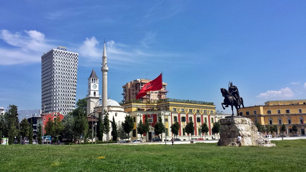 Skanderbeg-Statue. Im Hintergrund der Uhrenturm und die Et'hem Beu Moschee, Tirana, Albanien