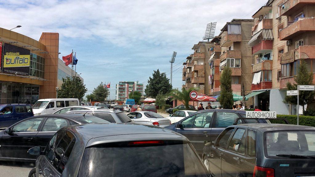 Chaotischer Kreisverkehr in Fier, Albanien