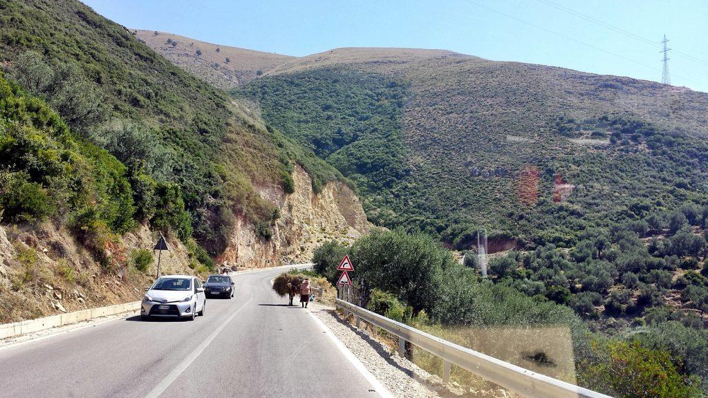 Landstraße SH8 Albanien Roadtrip Bulli Esel
