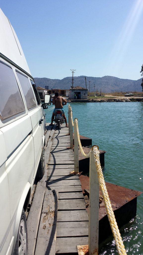Bulli auf der Seilfähre von Butrint, Fähre Albanien